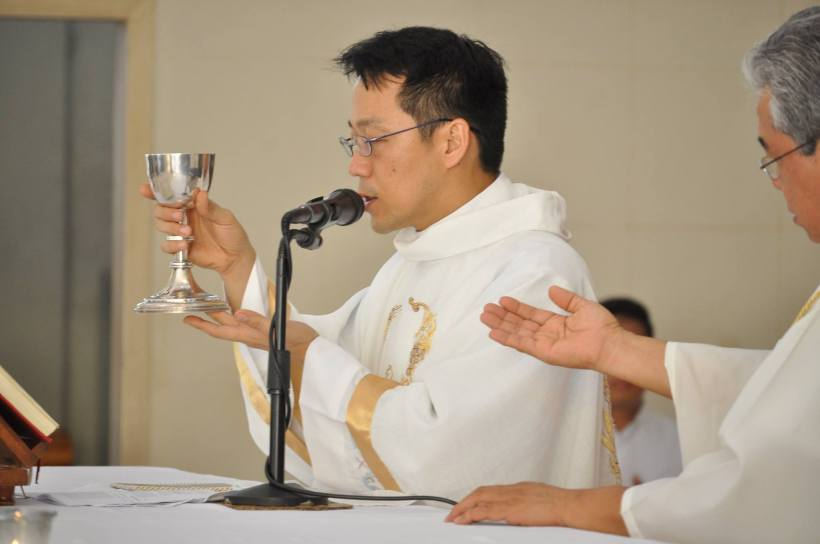 Fr. Iwao Daniel IKEGAMI, FMVD, celebrating Mass