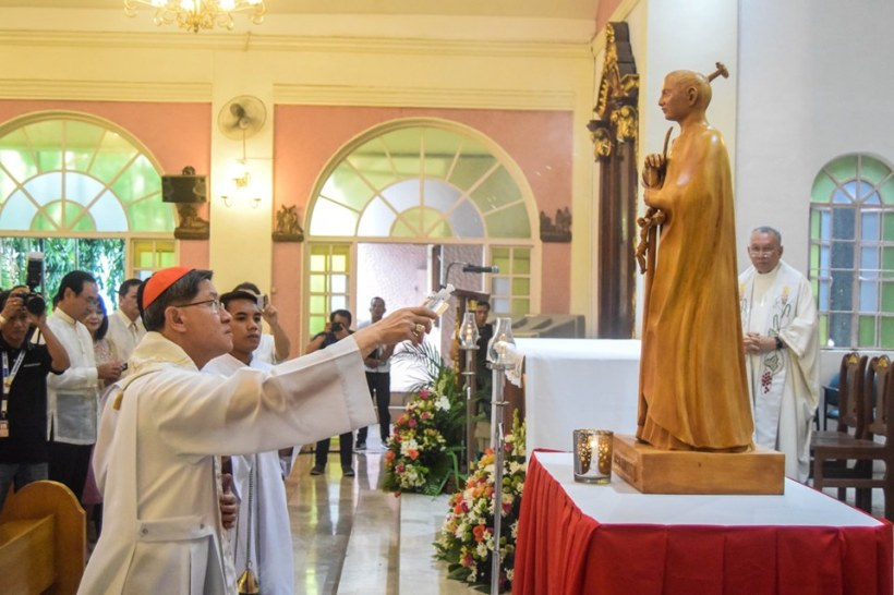 Cardinal Tagle Blessing Statue of Blessed Takayama